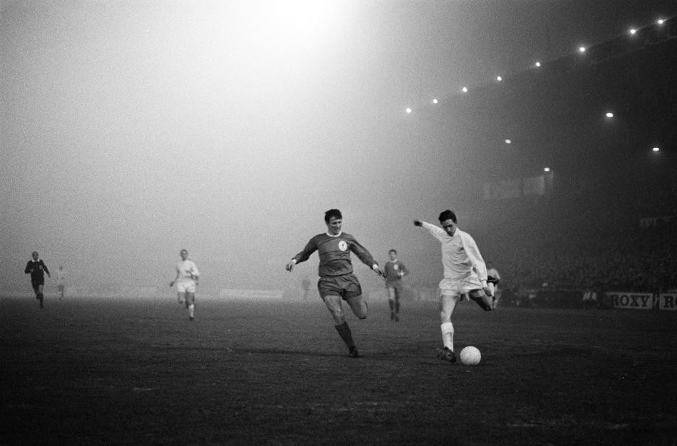 Ajax_tegen_Liverpool_5-1,_Johan_Cruyff_in_duel_b_buena